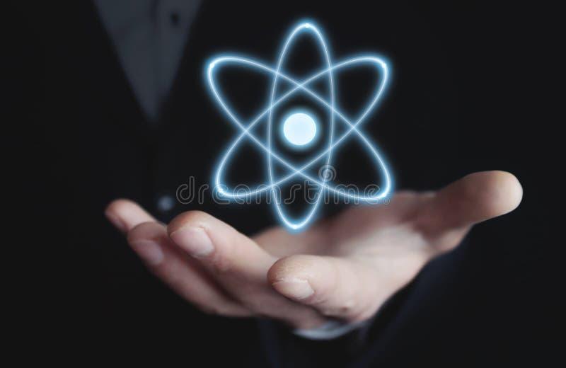 Homem de negócios caucasiano que guarda o átomo Poder e conceito da inovação imagem de stock royalty free
