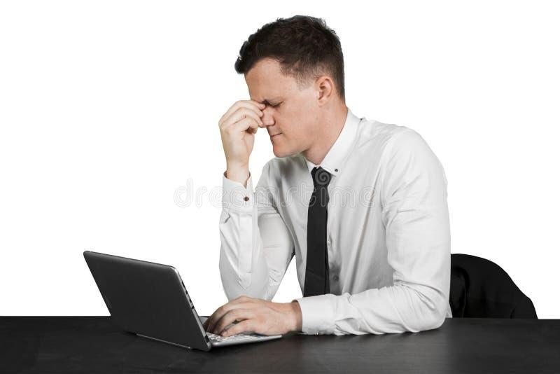 Homem de negócios caucasiano que tem a dor de cabeça no estúdio imagens de stock royalty free