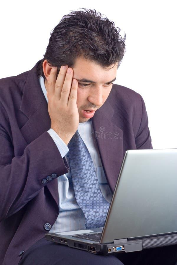 Homem de negócios choc que trabalha em um portátil imagens de stock royalty free
