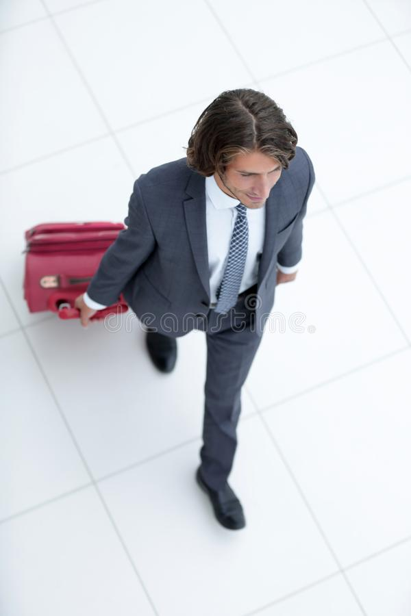 Homem de negócios com bagagem Isolado no branco fotografia de stock