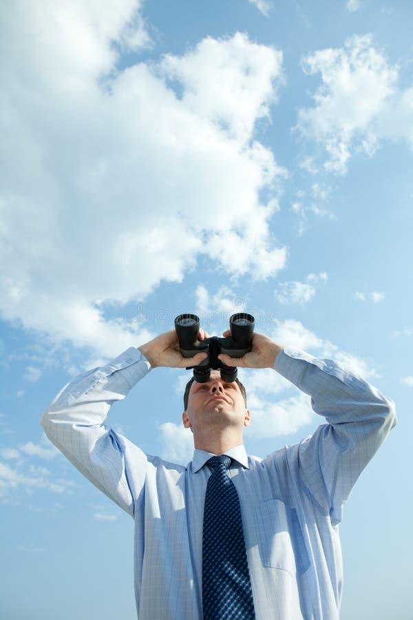 Homem de negócios com binóculos fotos de stock royalty free