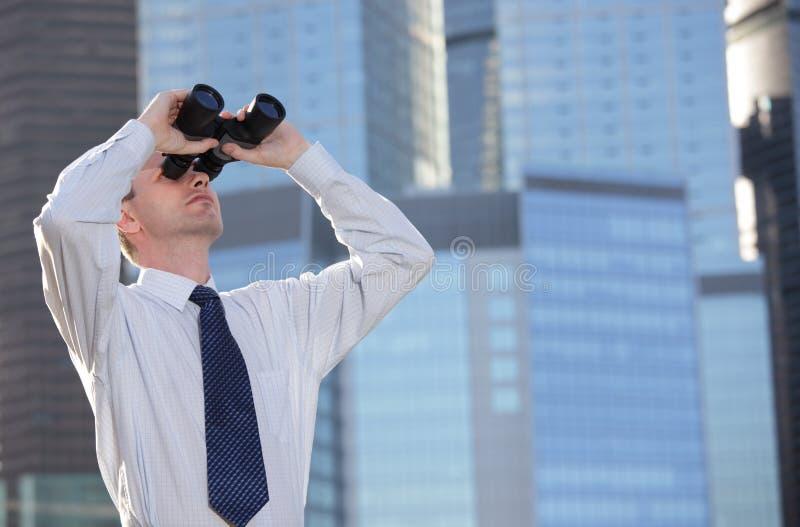 Homem de negócios com binóculos imagens de stock