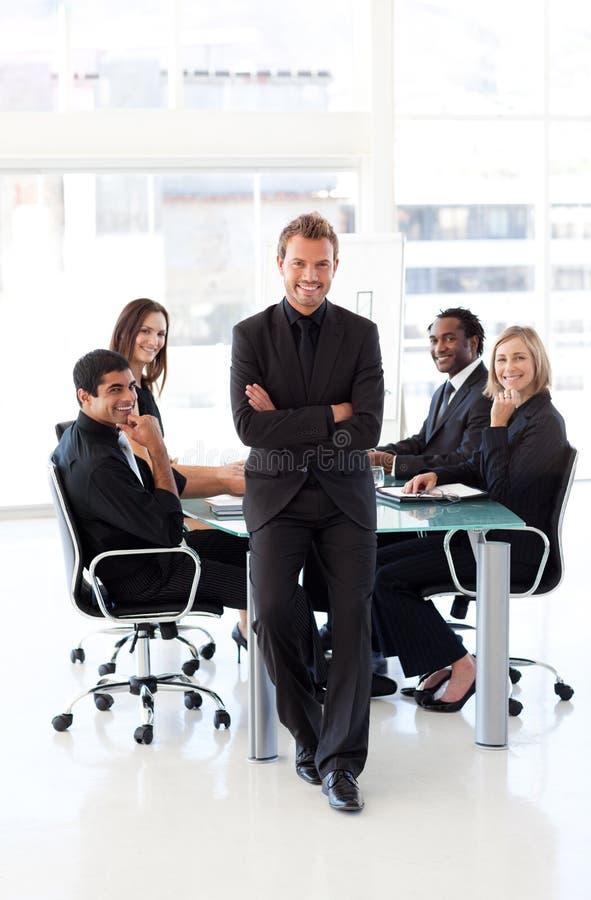 Homem de negócios com braços dobrados em uma apresentação fotografia de stock royalty free