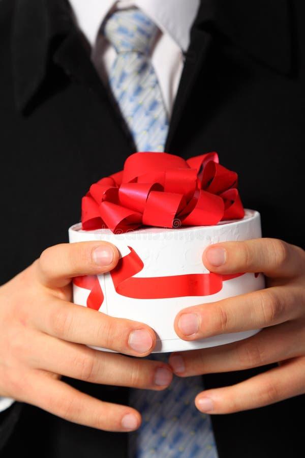 Homem de negócios com a caixa de presente nas mãos imagem de stock royalty free