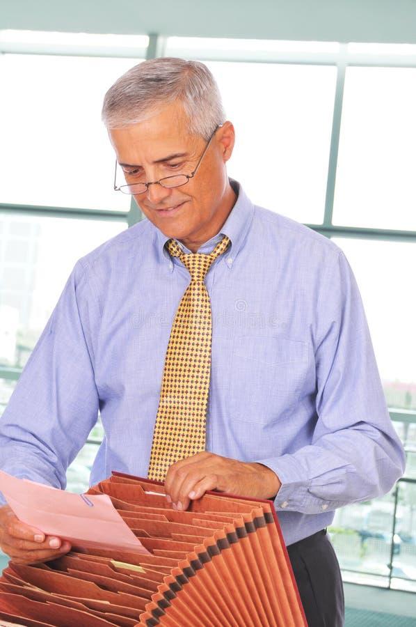 Homem de negócios com caixa do arquivo foto de stock