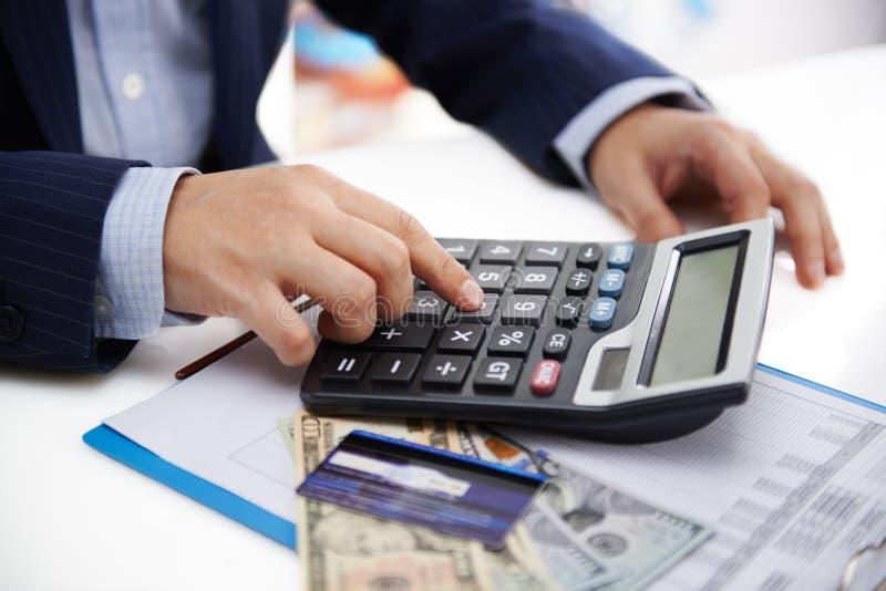 Homem de negócios com calculadora fotografia de stock royalty free