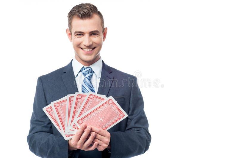 Homem de negócios com cartões do jogo imagem de stock