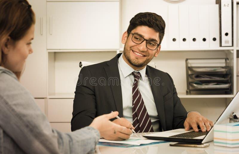 Homem de negócios com cliente fêmea imagem de stock royalty free