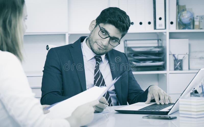 Homem de negócios com cliente fêmea foto de stock