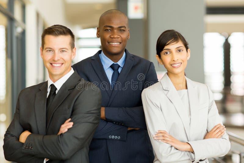 Homem de negócios com colegas de trabalho foto de stock