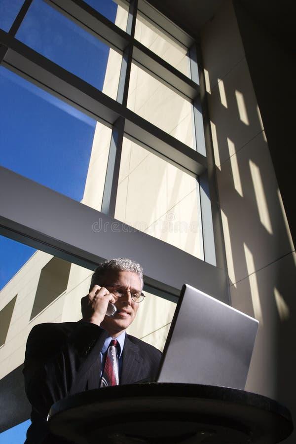 Homem de negócios com computador portátil. fotografia de stock royalty free