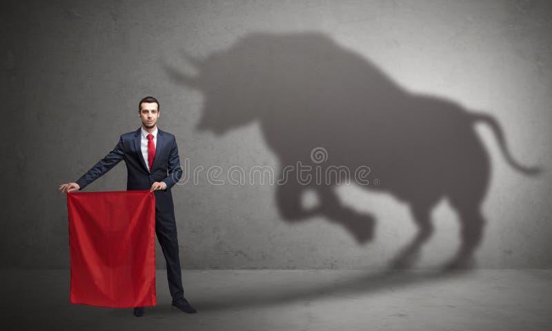 Homem de negócios com conceito da sombra e do toureiro do touro fotos de stock royalty free