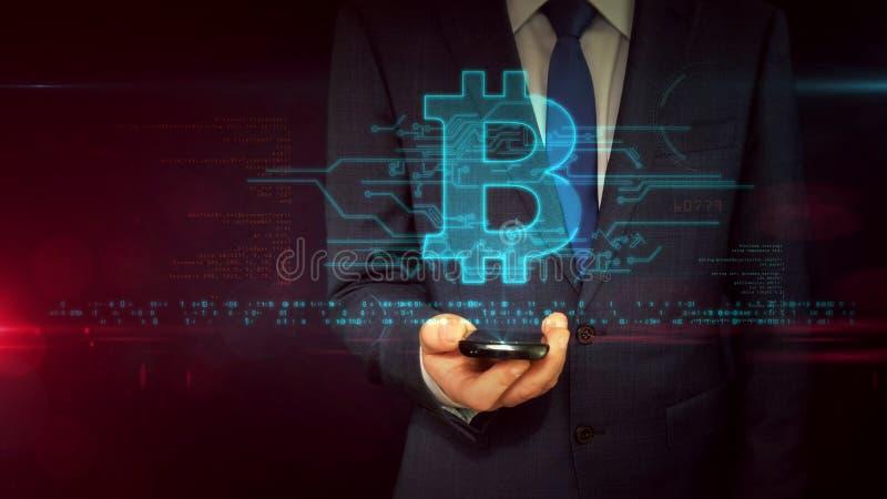 Homem de negócios com conceito do holograma do smartphone e do bitcoin imagem de stock