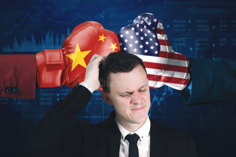 Homem de negócios com conflito entre EUA e China foto de stock royalty free