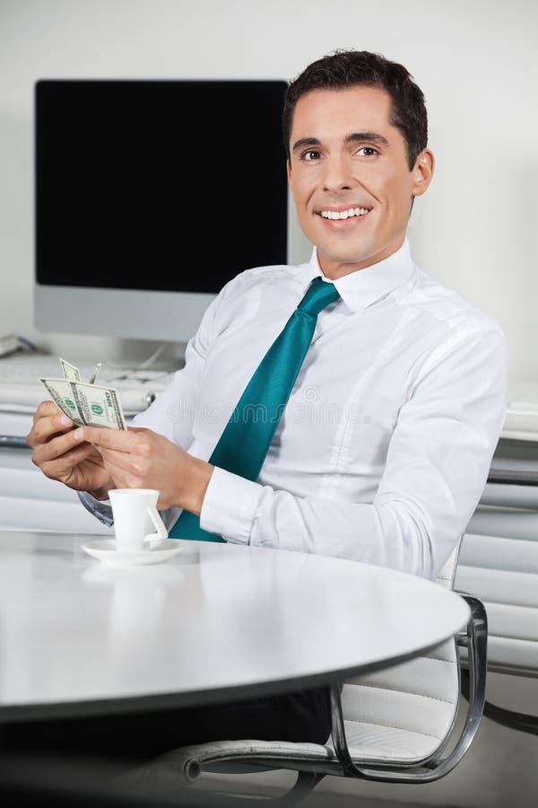 Homem de negócios com contas de dólar fotografia de stock royalty free