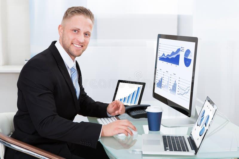 Homem de negócios com gráfico de bom desempenho fotos de stock