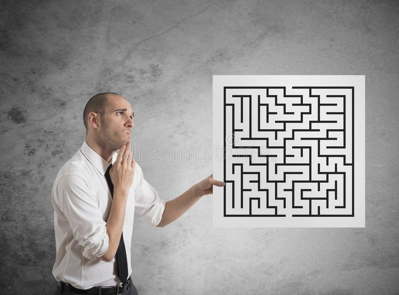 Homem de negócios com labirinto fotografia de stock