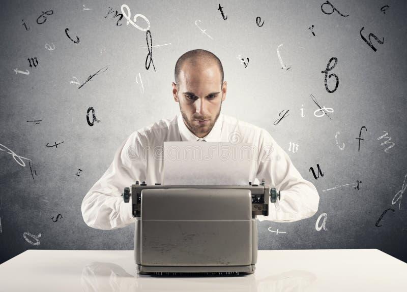 Homem de negócios com máquina de escrever fotografia de stock