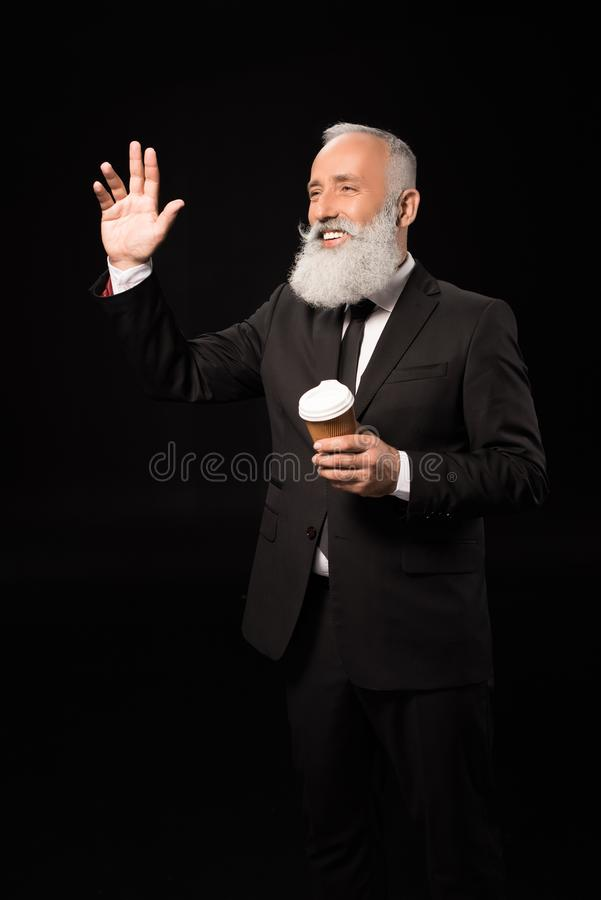 Homem de negócios com mão de ondulação do café foto de stock royalty free