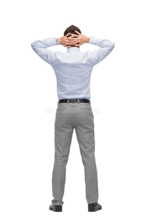 Homem de negócios com mãos atrás de sua cabeça da parte traseira foto de stock