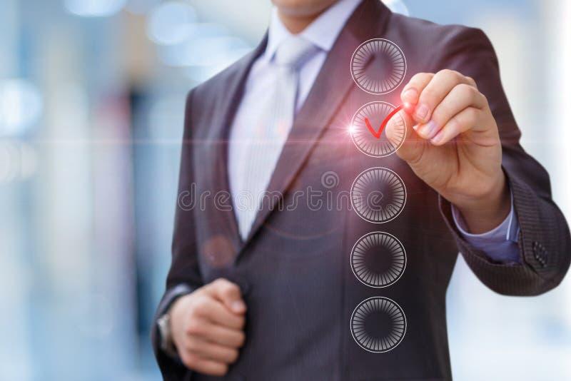 Homem de negócios com marca da pena as caixas de verificação imagens de stock royalty free