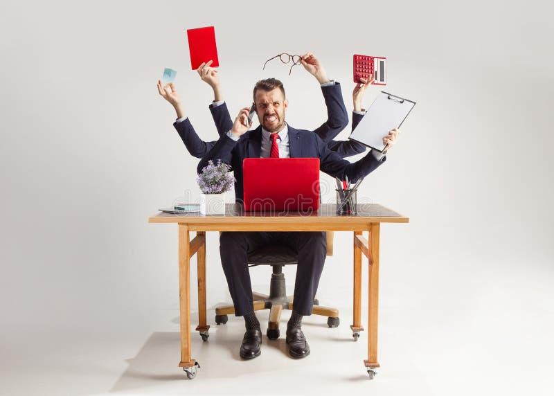 Homem de negócios com muitas mãos no terno elegante que trabalha com papel, original, contrato, dobrador, plano de negócios foto de stock