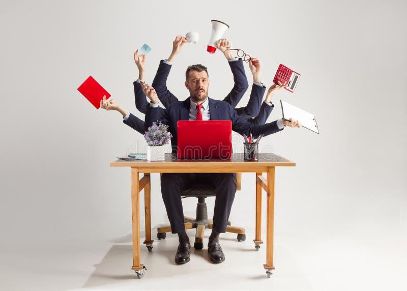 Homem de negócios com muitas mãos no terno elegante que trabalha com papel, original, contrato, dobrador, plano de negócios imagem de stock royalty free