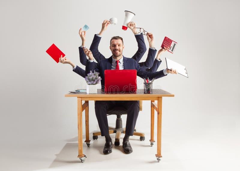 Homem de negócios com muitas mãos no terno elegante que trabalha com papel, original, contrato, dobrador, plano de negócios imagens de stock royalty free