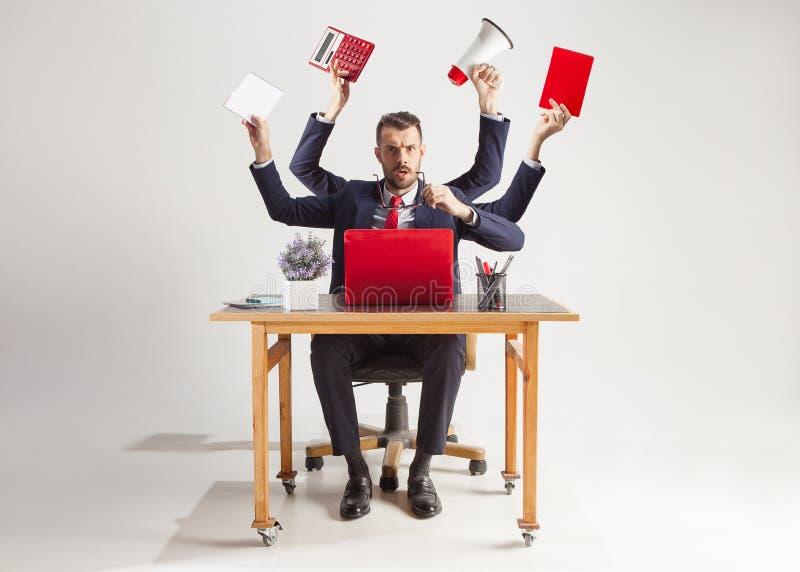 Homem de negócios com muitas mãos no terno elegante que trabalha com papel, original, contrato, dobrador, plano de negócios fotos de stock