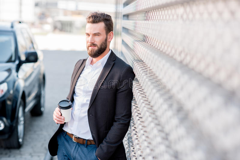 Homem de negócios com o café a ir fora imagens de stock