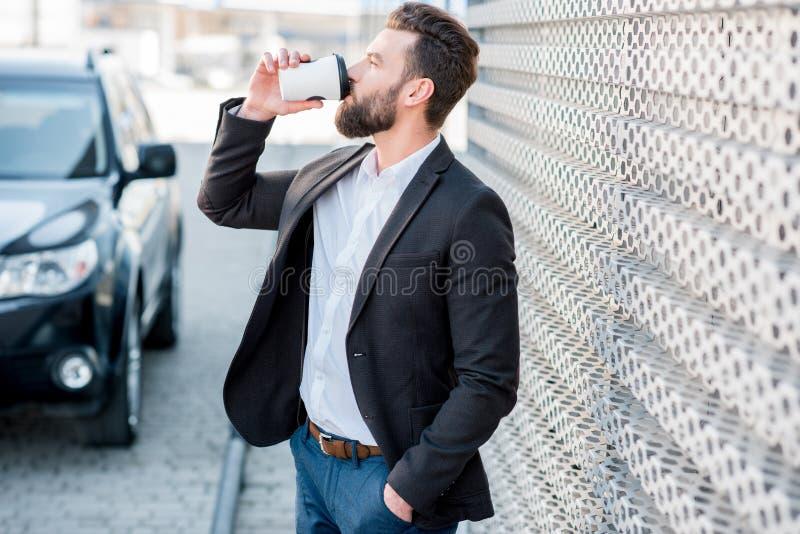 Homem de negócios com o café a ir fora fotos de stock
