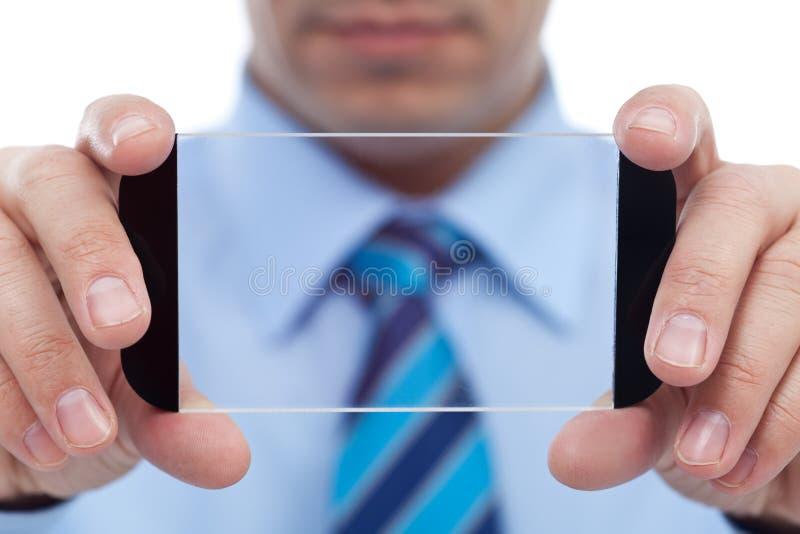 Homem de negócios com o dispositivo moderno da tecnologia