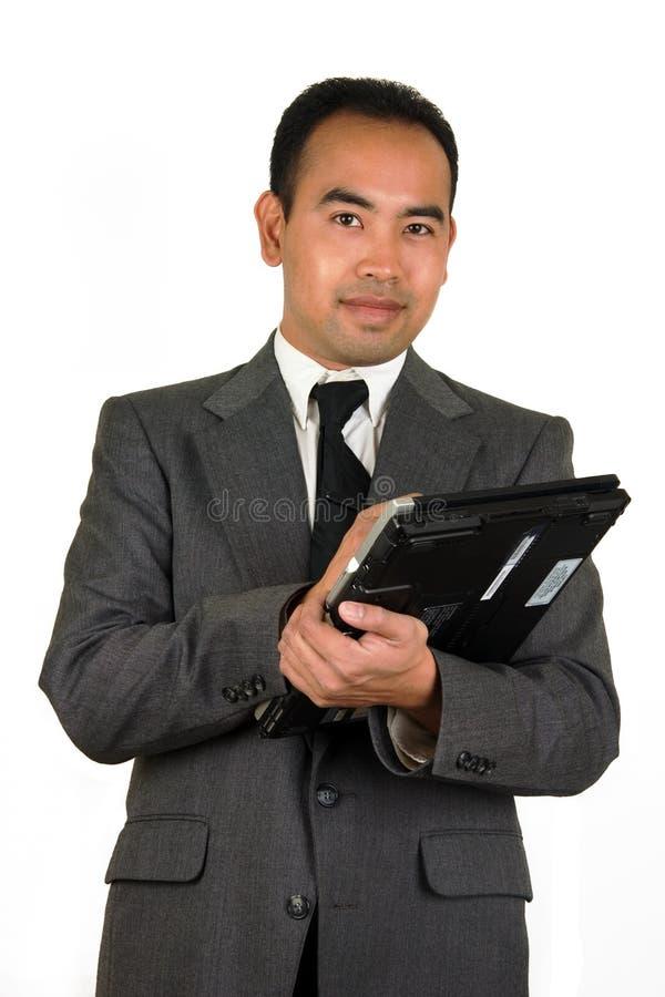 Homem de negócios com o homem Asiático-Americano do PC