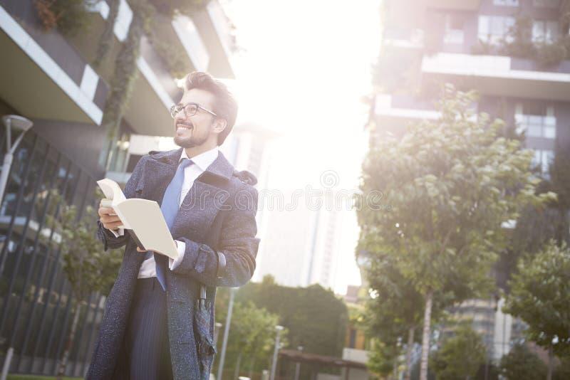 Homem de negócios com o livro exterior imagens de stock