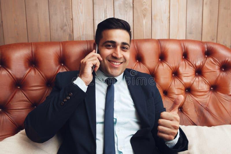 Homem de negócios com o polegar acima do sinal da mão, espaço livre imagem de stock royalty free