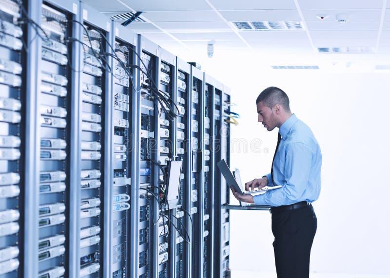 Homem de negócios com o portátil no quarto do server de rede fotos de stock