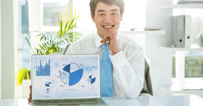 Homem de negócios com o portátil que indica cartas do gráfico na tela fotos de stock royalty free