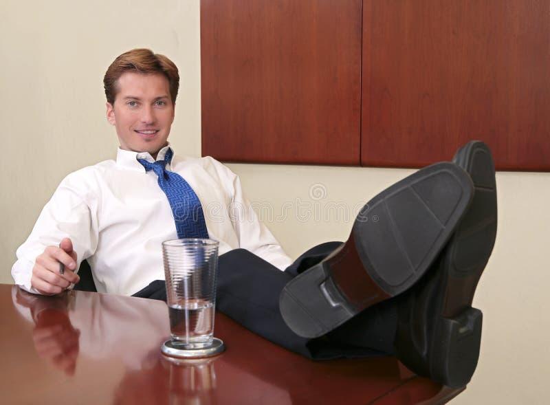 Homem de negócios com pés acima foto de stock