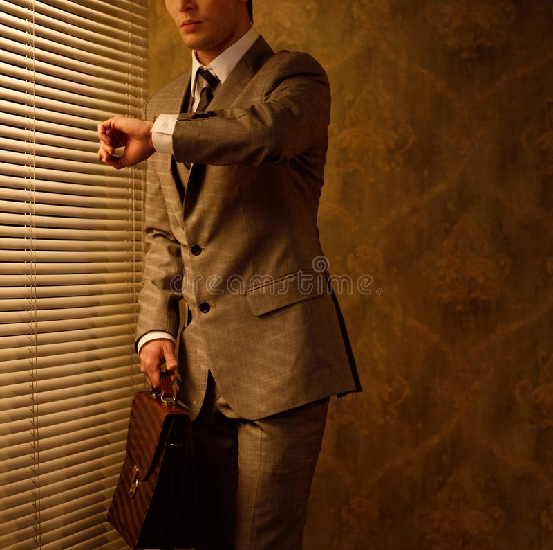 Homem de negócios com pasta fotografia de stock