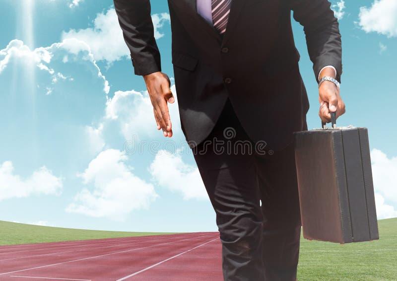 Homem de negócios com a pasta no autódromo contra o céu no fundo imagem de stock