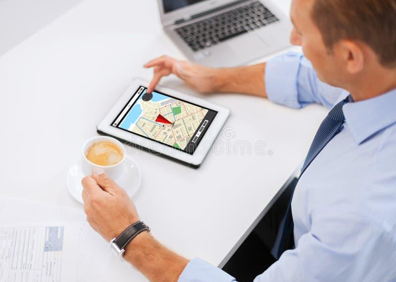 Homem de negócios com PC e café da tabuleta no escritório fotografia de stock
