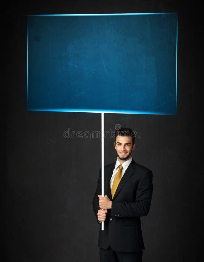 Homem de negócios com placa azul fotos de stock royalty free