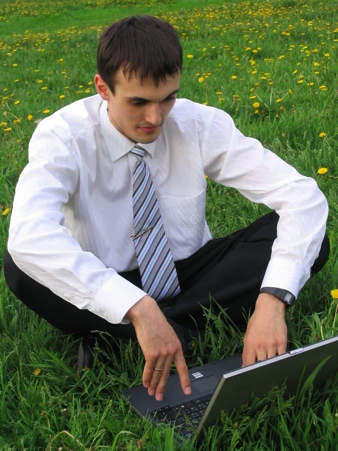 Homem de negócios com portátil fotografia de stock royalty free