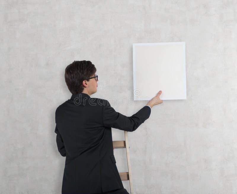 Homem de negócios com poster em branco imagens de stock royalty free
