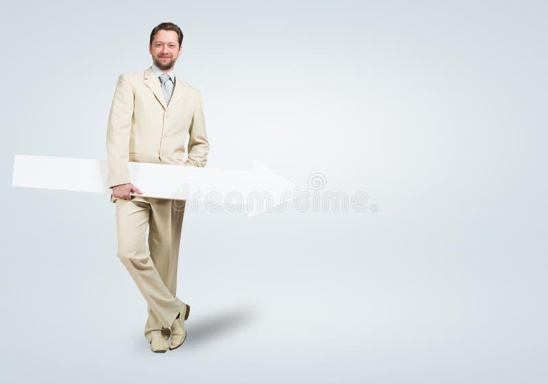 Homem de negócios com seta fotografia de stock royalty free