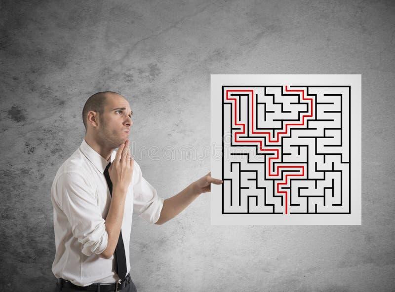 Homem de negócios com soluções de labirinto foto de stock royalty free