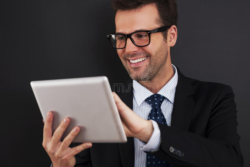 Homem de negócios com tabuleta imagens de stock royalty free
