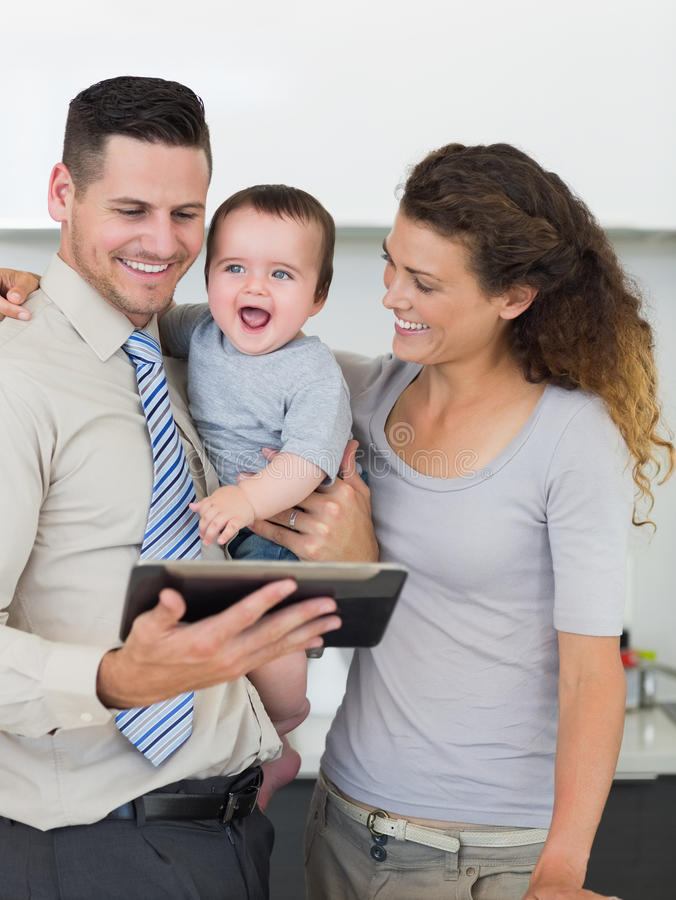 Homem de negócios com tabuleta e a família digitais imagens de stock