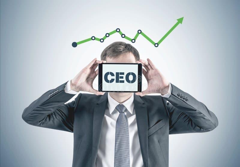 Homem de negócios com a tabuleta de gráfico do CEO fotos de stock royalty free