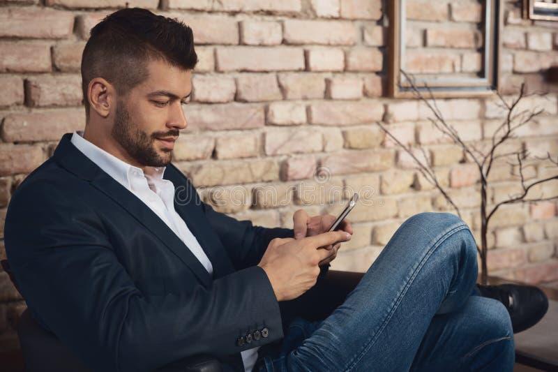 Homem de negócios com telefone celular imagem de stock royalty free